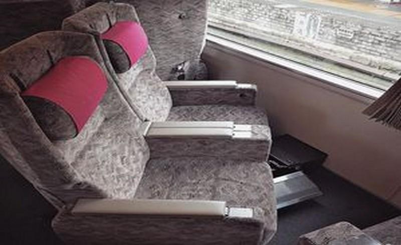 въртящи се седалки във влак в Япония